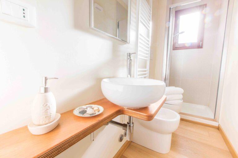 Ca Corte Nova Venice apartment canal view bathroom