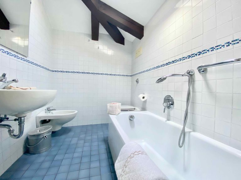 CaMoro Venice Apartment Large Bathroom