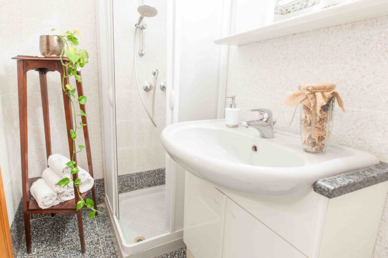 Ca Zulian apartment with canal view bathroom