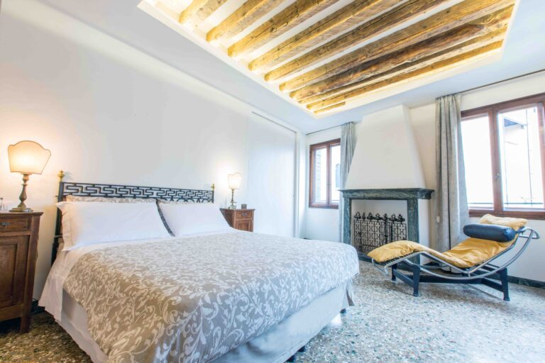 Venice Apartment with canal view Ca Grimani bedroom