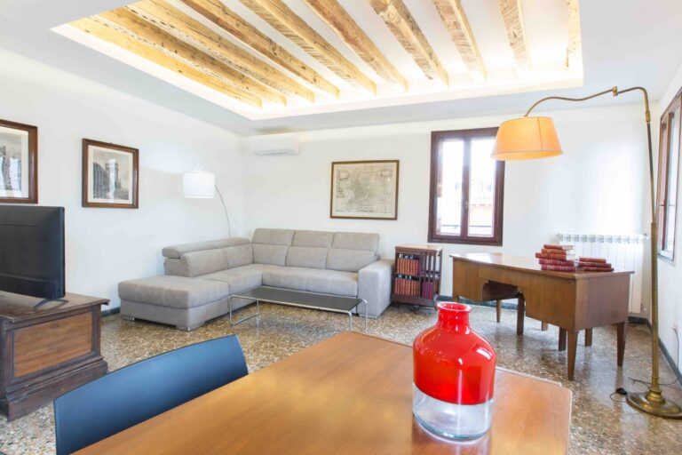 Venice Apartment with canal view Ca Grimani living